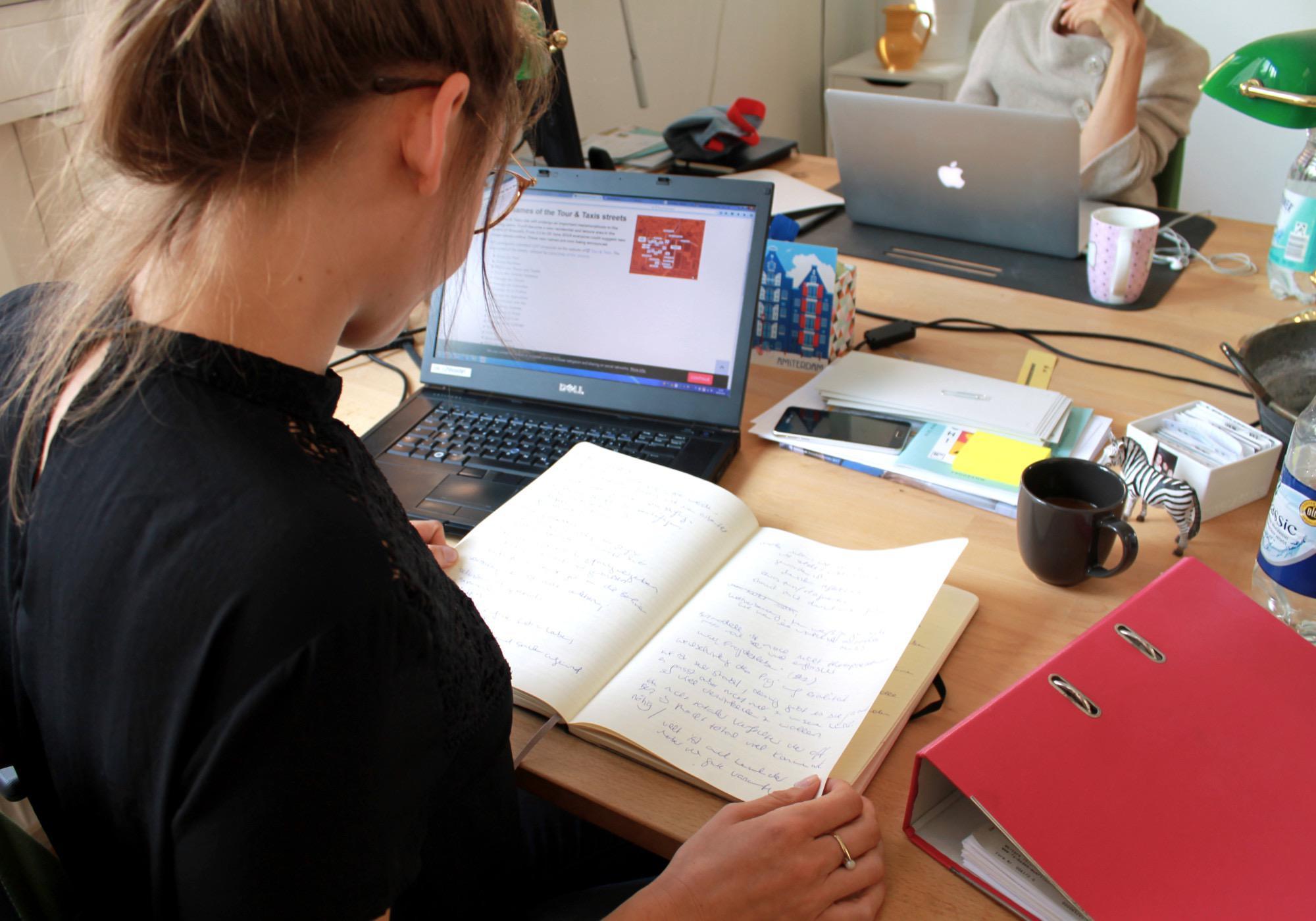 Anne Jeschke bei der Recherche.