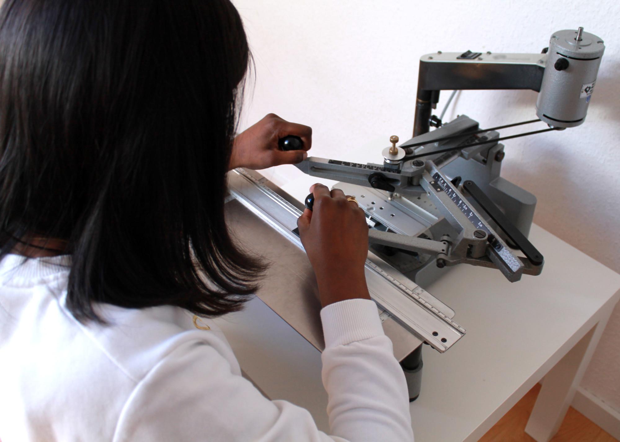 Anusiya graviert in ihrem Startup selber ihren Schmuck. Wir schauen über ihre Schulter.