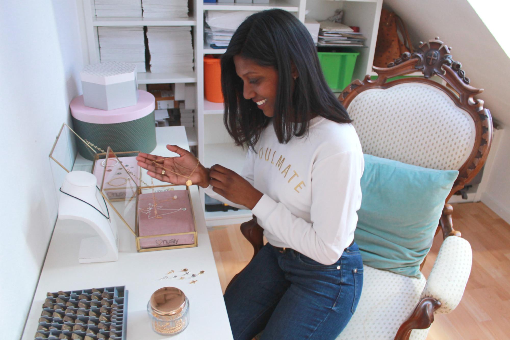 Gründerin Anusiya hält ihren eigenen personalisierten Schmuck des Labels nusiy.