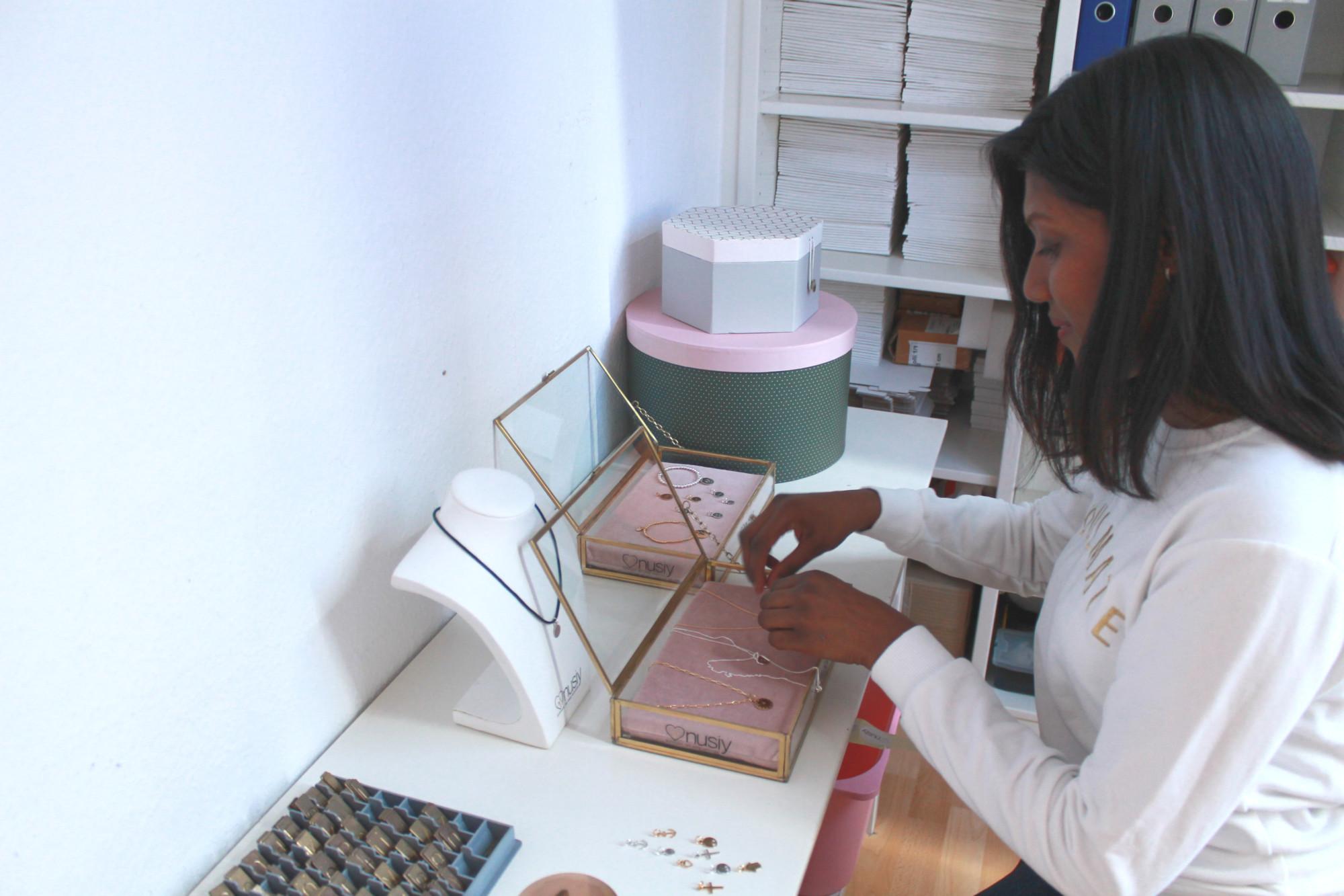 Anusiya sortiert den Schmuck den sie in ihrem Startup selber herstellt.