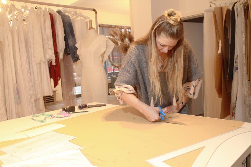 Veronique, Gründerin des Modelabels kiligdress am schneiden der Schnittvorlagen.