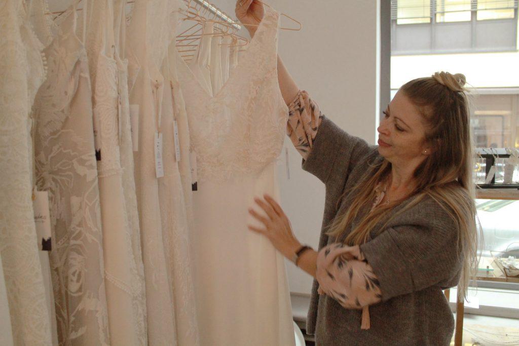 Veronique zeigt Stolz ihre kiligdress-Kollektion im Showroom