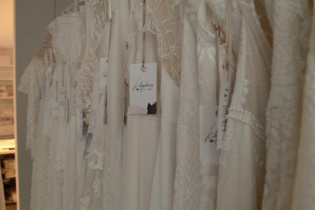 verschiedene Stoffe der Boho-Brautkleider mit dem Schild von kiligdress