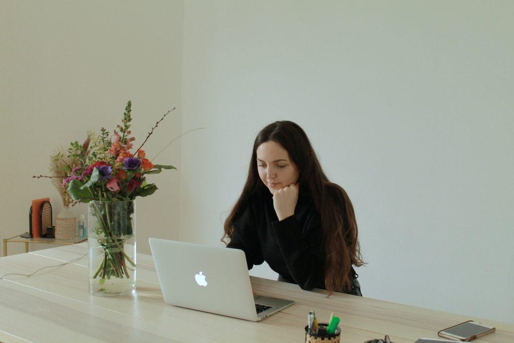 Gründerin Clara von myclarella sitzt an ihrem Schreibtisch am Laptop