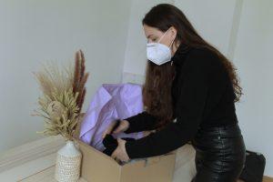 Gründerin Clara von myclarella packt ihre Produkte des Wochenbett-Kits.