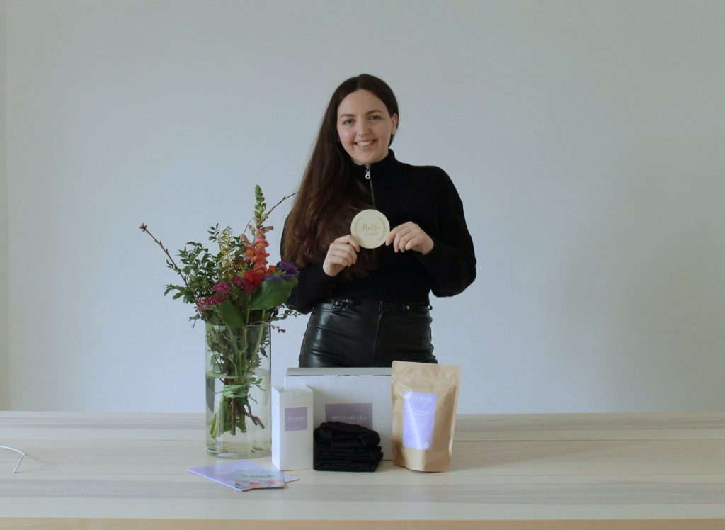 Clara von myclarella vor ihren Produkten fürs Wochenbett.